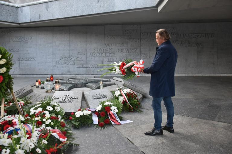 Złożenie kwiatów pod pomnikiem Armii