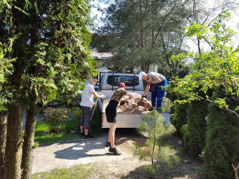 Prace ziemne w mini – ogrodzie