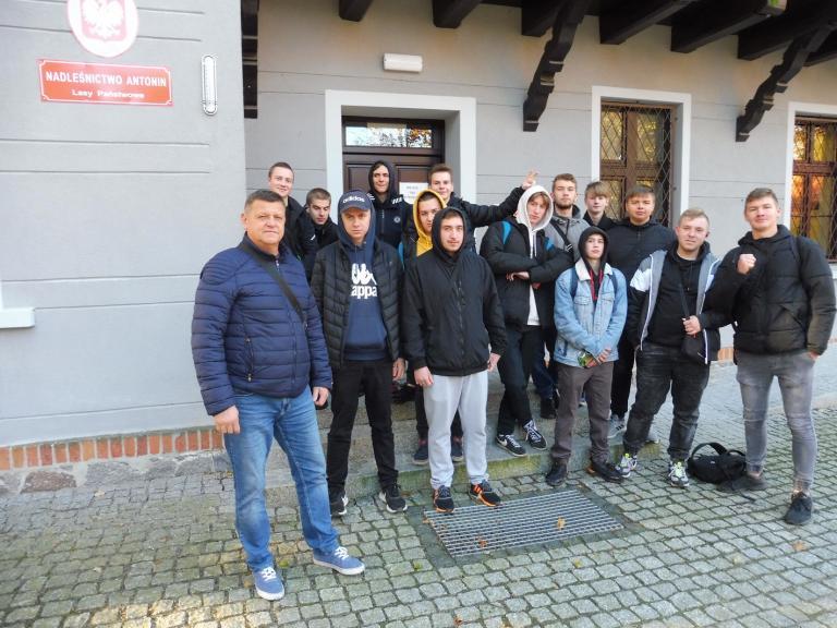 Wycieczka uczestników Hufca Pracy w Ostrowie Wlkp. do Nadleśnictwa Antonin