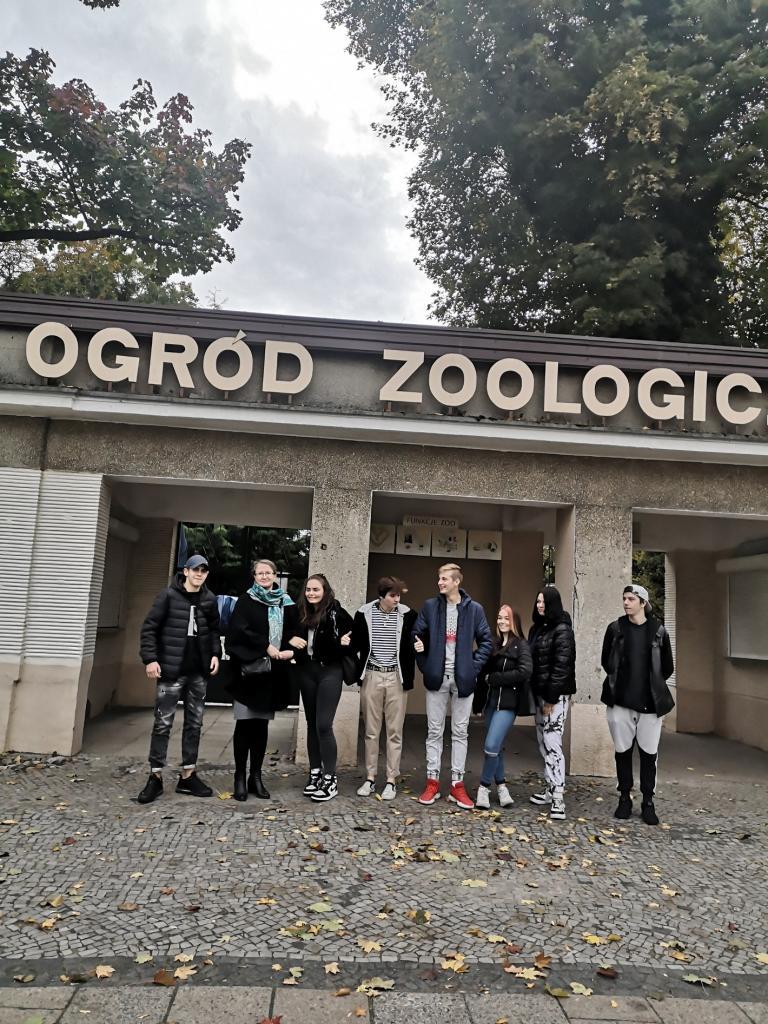 Uczestnicy poznańskiego Hufca Pracy zwiedzają stare zoo