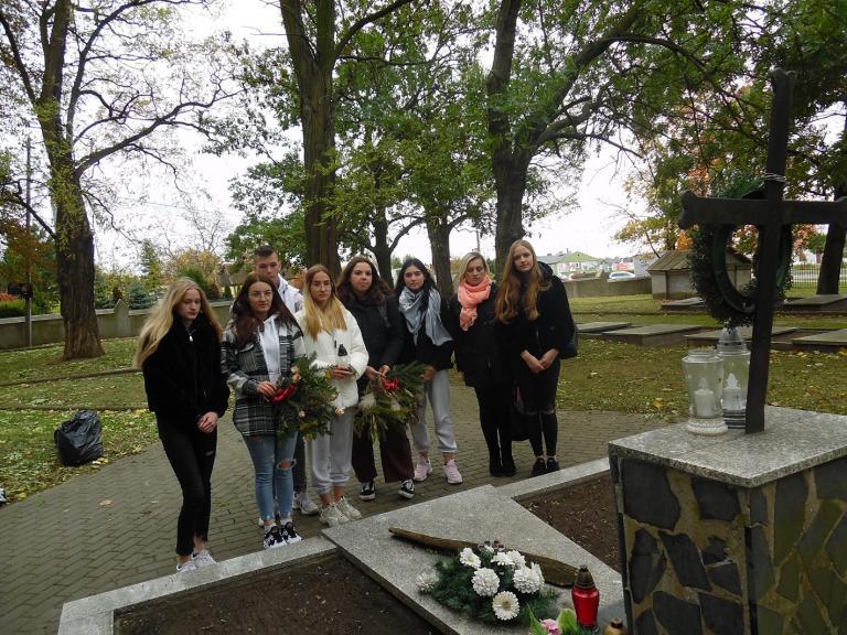 Wyjście uczestników kolskiego Hufca Pracy na cmentarz wojenny