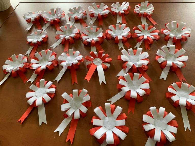 Zambrów: Biało-czerwone kotyliony na Święto Flagi