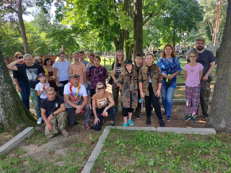 Białystok: Sprzątanie mogił wojskowych